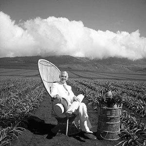 默多克坐在自家的农场里